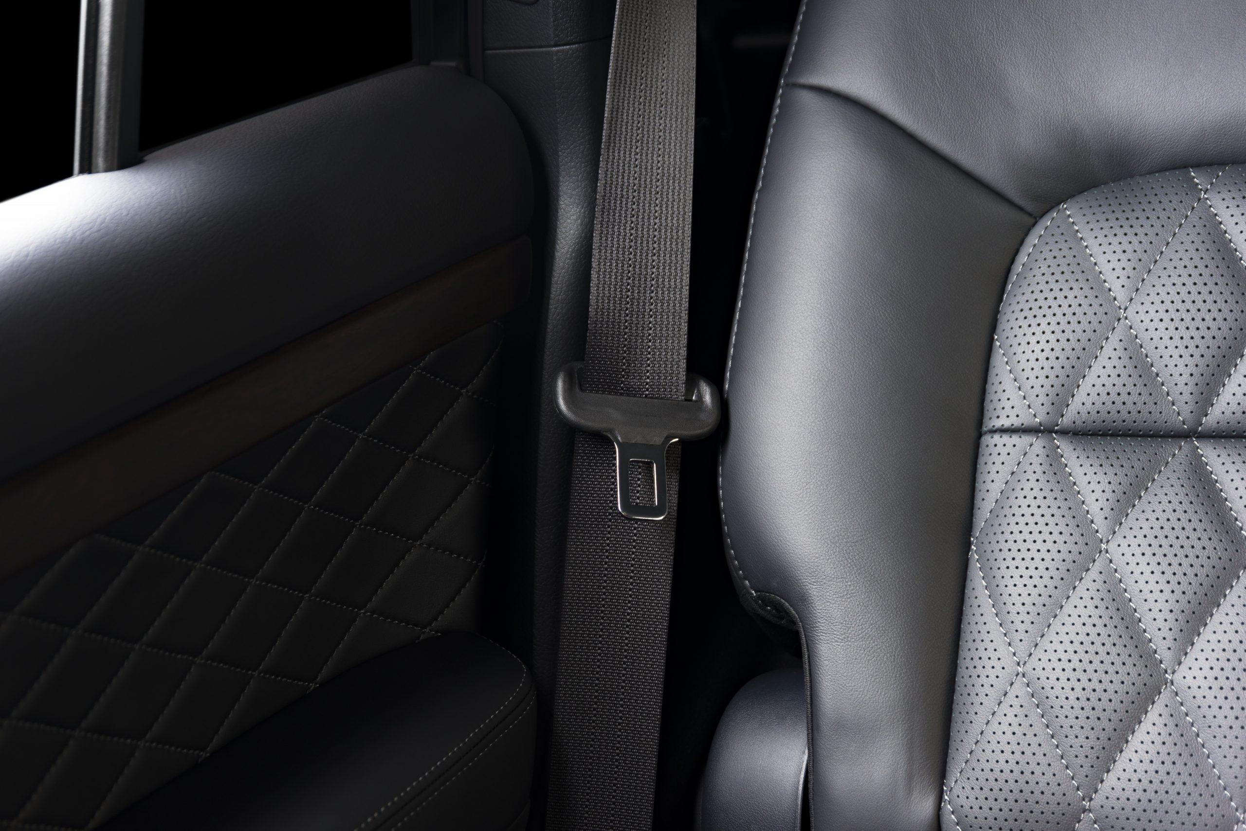 검은 가죽 카시트와 안전 벨트를 보여주는 자동차의 내부